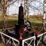 Братская могила возле деревни Медведки (в поле у пионерлагеря «Спутник»). На табличке 8 фамилий. Дата установки памятника неизвестна
